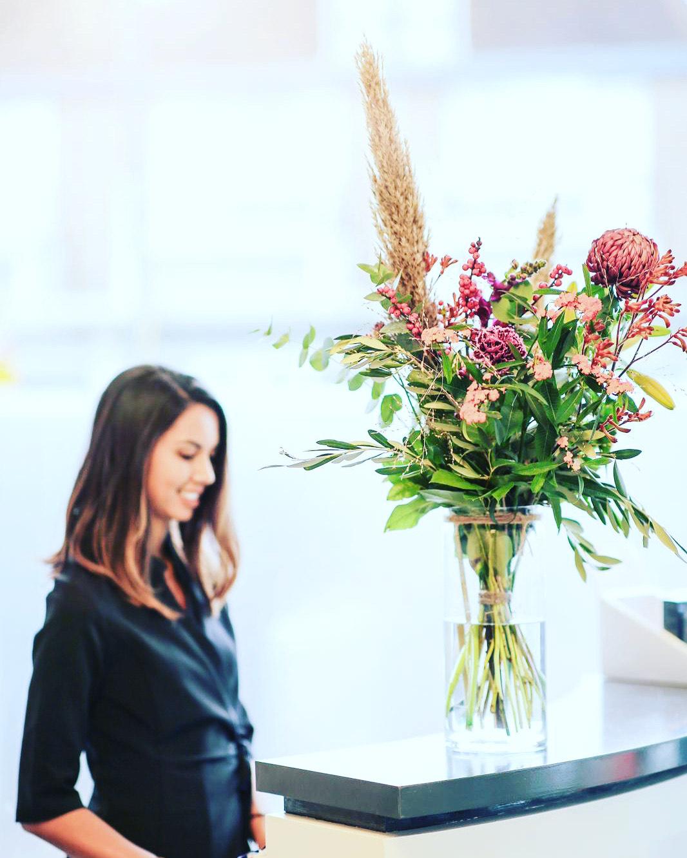 bloem op balie van bedrijf